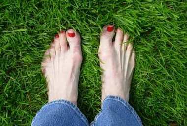 Aprilgreengrassandredtoes